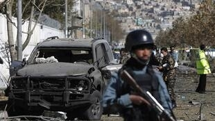 Les forces de l'ordre sécurisent la rue de Kaboul où s'est produite l'attaque-suicide contre la députée Shukria Barakzai, le 16 novembre 2014.