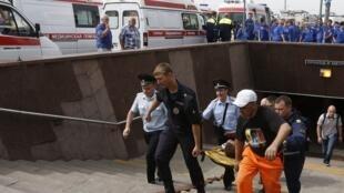 As equipes de resgate trabalham para retirar os últimos passageiros presos no interior de um vagão do metrô de Moscou, após um acidente que deixou ao menos dez mortos e mais de cem feridos nesta terça-feira (15).