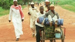 Un groupe de Tchadiens fuit le centre-ville de Bangui.