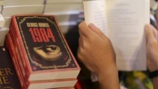 """Varias unidades del libro """"1984"""" de George Orwell expuestas, el 15 de julio de 2015, en la Feria del Libro de Hong Kong"""