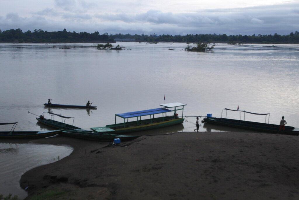 Ngư dân Cam Bốt chèo thuyền đánh cá trở về gần đập Don Sahong, làng Preah Romkel, tỉnh Stung Treng, sát biên giới Cam Bốt - Lào, ngày 21/06/2016.