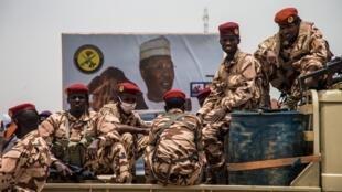 Des soldats tchadiens stationnés le long d'une route à Ndjamena, le 23 avril 2021. (image d'illustration)