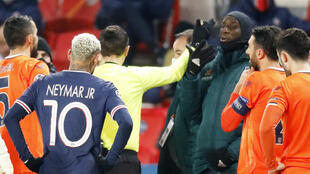 Football - Ligue des Champions - Groupe H - Paris St-Germain contre Istanbul Basaksehir F.K. au Parc des Princes à Paris, France - 8 décembre 2020. L'arbitre Ovidiu Hategan discute avec Demba Ba d'Istanbul Basaksehir, alors que le match est interrompu.