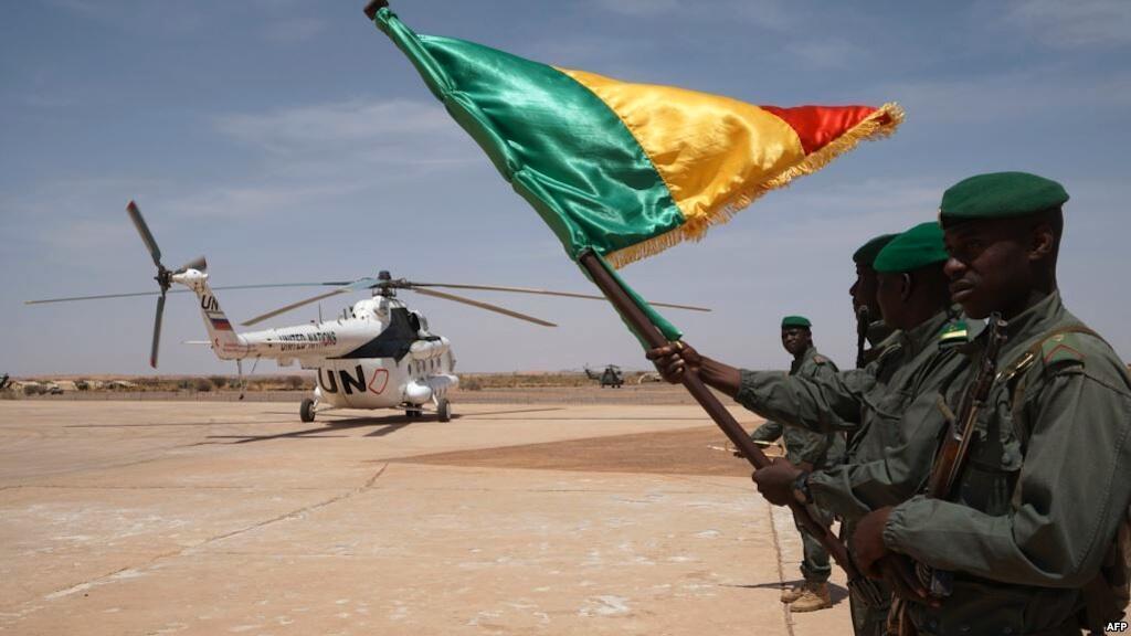 Askari wa Mali mbele ya helikopta iliyombeba Waziri Mkuu wa Mali, Menaka, Mei 9, 2018.