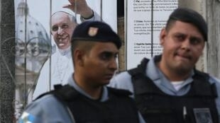Policiais protegem capela São Jerônoimo, na favela de Varginha, que vai receber o papa na semana que vem.
