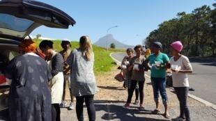 Grupo de brasileiras entrega comida para moradores de rua em Cape Town, na África do Sul