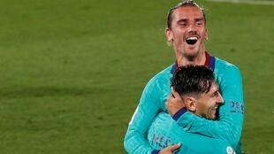 Antoine Griezmann et Lionel Messi explosent de joie, après un 3ème but contre Villarreal, le 5 juillet 2020.