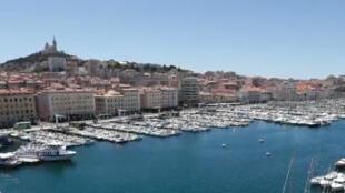 Le vieux port et une vue des hauteurs de Marseille.