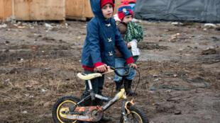 33,9 % des enfants accompagnés présents dans la Jungle ont moins de 6 ans ( Source: Refugee Rights Data Project)
