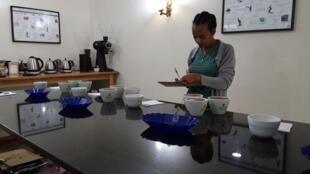 Fantanesh goûte les cafés pour l'importateur Belco qui vise le marché haut de gamme.