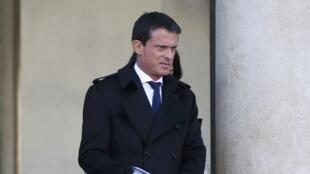 Le Premier ministre Manuel Valls à sa sortie du Conseil des ministres. Paris, le 9 décembre 2015.