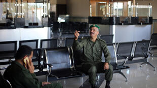 Un miembro de las fuerzas de seguridad de la Autoridad Palestina en el control del paso fronterizo entre la Franja de Gaza y Egipto, el 1 de noviembre de 2017.