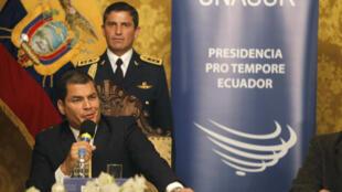 Rafael Correa habla ante los cancilleres de UNASUR, en Quito, el 1 de octubre de 2010.