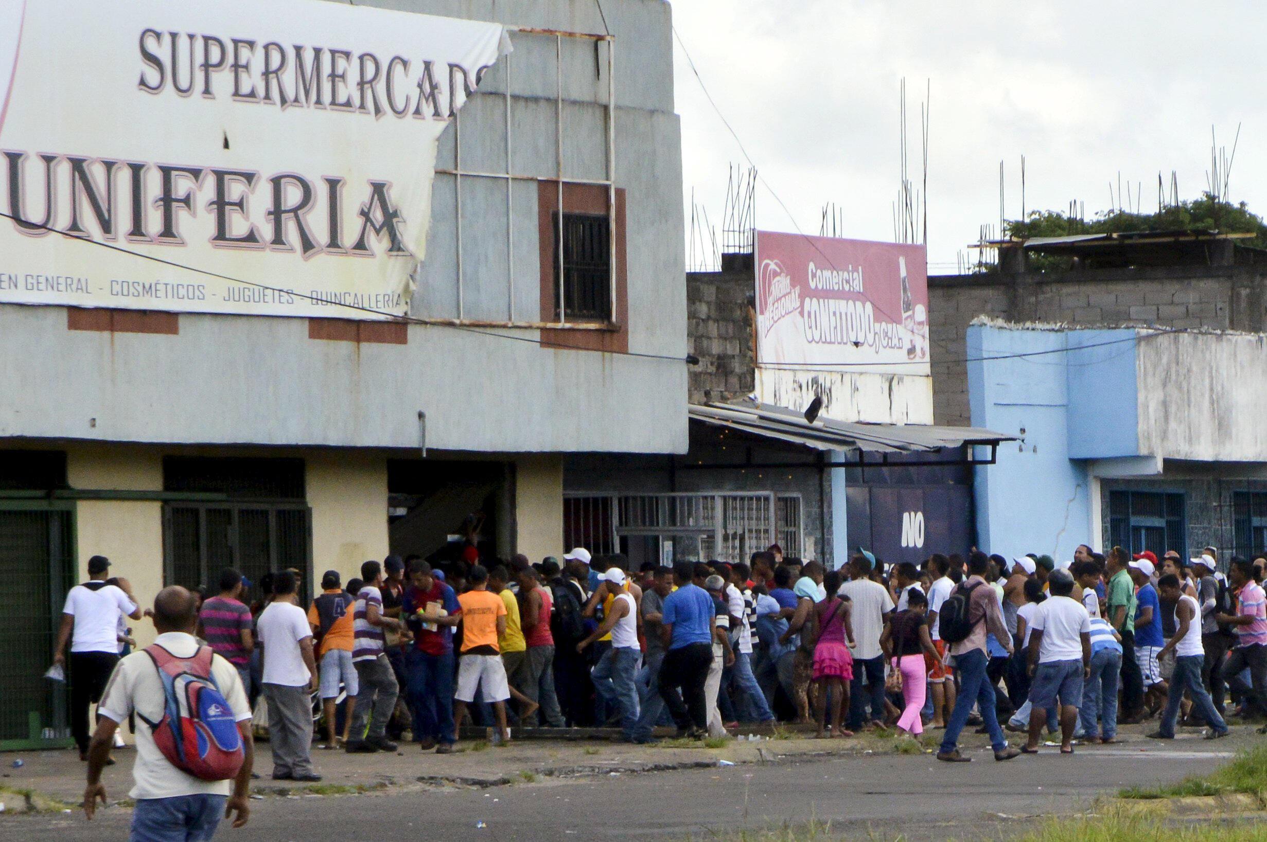 El público saquea el supermercado Uniferia en San Félix, Estado Bolívar.