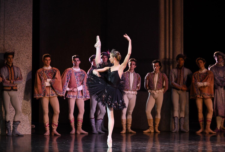 «Лебединое озеро» в постановке Рудольфа Нуриева на сцене Парижской оперы. Одиллия: Мириам Улд-Брахам. Март 2019 г.