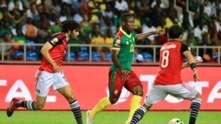 Christian Bassogog (Katikati) akipambana na wachezaji wa Misri wakati wa michuano ya AFCON 2017