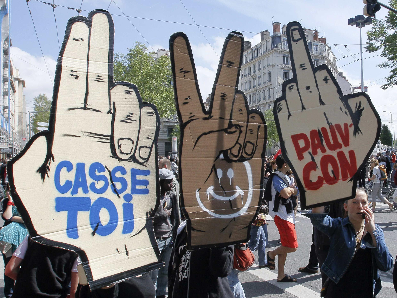 1 мая 2012 г. Лион. Первомайская демонстрация профсоюзов. Плакаты противников кандидата Николя Саркози