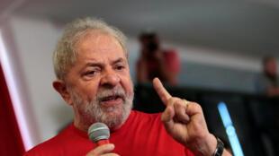 O ex-presidente Lula discursa na sede do Sindicato dos Metalúrgicos de São Bernardo do Campo enquanto os juízes do TRF-4 decidem sobre o recurso contra a sentença que o condenou à prisão por corrupção.
