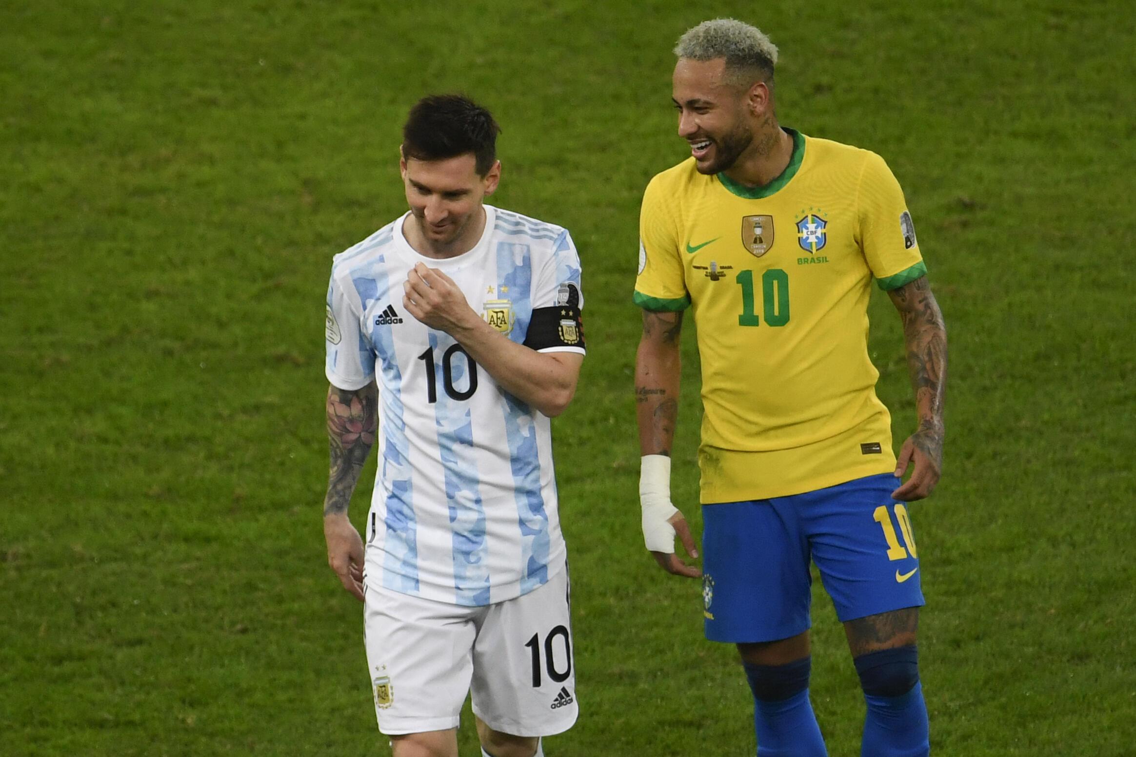 (FILES)Nuevo duelo Messi-Neymar por el premundial sudamericano rumbo a Catar-2022. En esta foto de archivo, ambos futbolistas en la final de la Copa América en Rio de Janeiro, el 10 de julio de 2021.