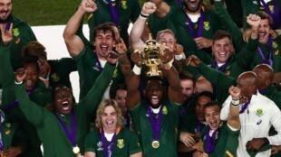 Le capitaine de l'Afrique du Sud, Siya Kolisi, soulève avec ses coéquipiers la Coupe du monde de rugby, le 3 novembre 2019 à Yokohama.