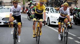 Tay đua người Anh Chris Froome (áo Vàng) cùng đồng đội nâng ly mừng chiến thắng ngay khi xuất phát chặng cuối tại Montgeron về đích Champs-Elysées ngày 23/07/2017.