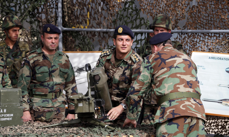 Des militaires libanais testent l'un des 48 missiles antichar Milan livrés par la France, le 20 avril 2015.