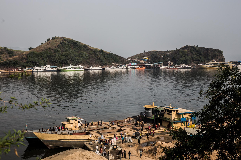 Une photo prise le 1er août 2019 montre une vue générale des navires reliant Goma et Bukavu sur le lac Kivu, amarrés au port de Goma, dans l'est de la RDC.