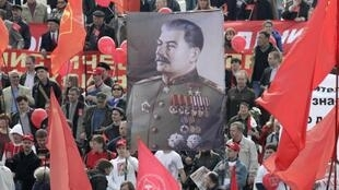 Un portrait de Staline au coeur d'une manifestation pour la fête du travail de militants communistes, à Moscou le 1 mai 2010.