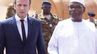 O  Presidente do Mali, Ibrahim Boubakar Keïta (à  direita ) e o seu  homólogo francês Emmanuel Macron em Gao, no Mali  no dia  17 Maio  de 2017