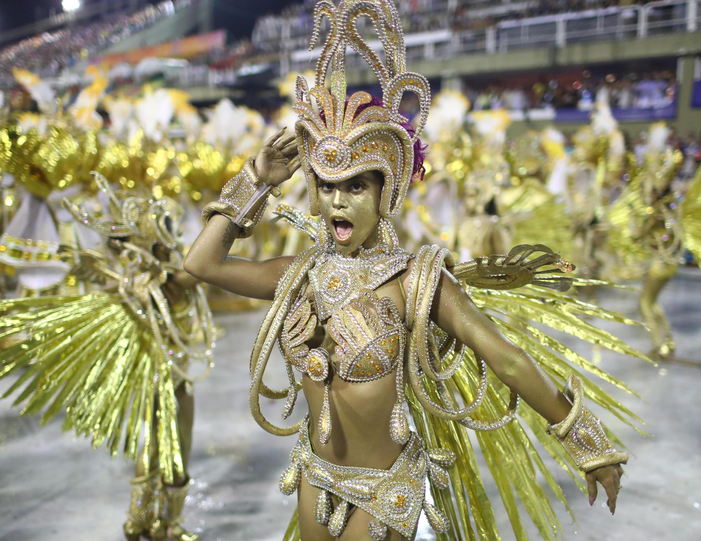 Des artistes de l'école de Viradouro dansent lors de la première nuit du carnaval de Rio, le 3 mars.