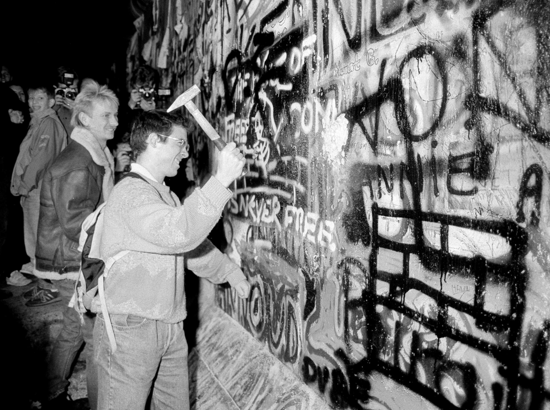 Dân Đông Đức đập vỡ Bức Tường Berlin. Ảnh tư liệu ngày 09/11/1989.