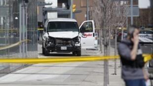 La police inspecte la camionnette qui a fauché plusieurs piétons ce lundi 23 avril à Toronto, faisant au moins neuf mort et seize blessés.