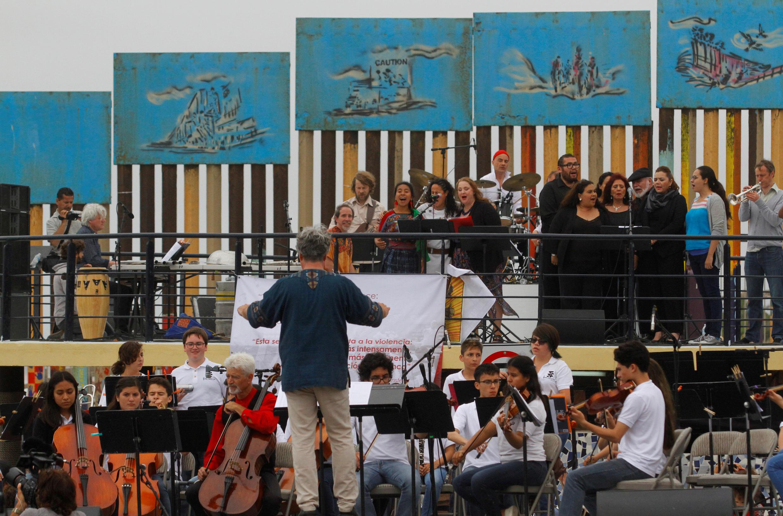 L'orchestre symphonique de Dresde et des musiciens mexicains lors du concert organisé en signe de protestation contre le mur voulu par Donald Trump, à Tijuana, le 3 juin 2017.