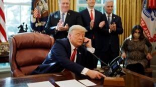 Donald Trump anuncia  la normalización de relaciones entre Israël y Sudán durante una entrevista telefónica con sus dirigentes ,el 23 octubre2020.