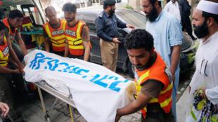Des secouristes transportent le corps d'Ikramullah Gandapur, candidat du PTI (Tehreek-e-Insaf, «Mouvement pour la justice au Pakistan») aux élections législatives, tué dans un attentat dimanche 22 juillet 2018.