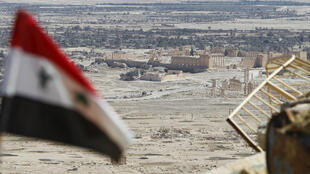 A bandeira nacional da Síria volta a ser hasteada na cidade histórica de Palmira.