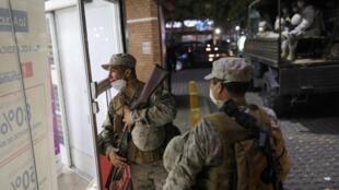 Au Chili, le gouvernement a choisi d'imposer un couvre-feu pour freiner la propagation de l'épidémie de coronavirus, ce dimanche 22 mars. Des soldats sont en patrouille dans la capitale Santiago.