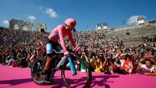 (Archivo) En esta fotografía el ciclista ecuatoriano Richard Carapaz durante el Giro de Italia 2019, en Verona, Italia, el 2 de junio de 2019