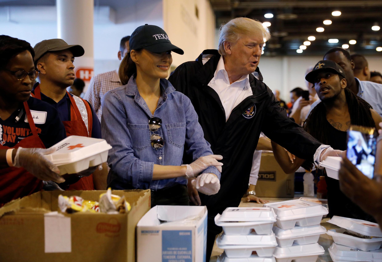 O presidente norte-americano Donald Trump e sua mulher, Melania, durante visita a sobreviventes do furacão Harvey em Houston, em 2 de setembro de 2017.