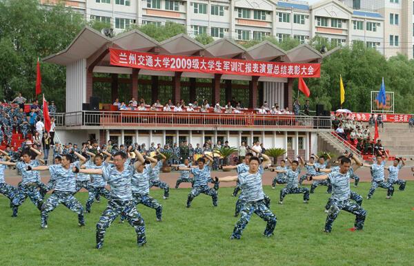 中國某大學學生軍訓照片。