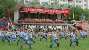 中国某大学学生军训照片。