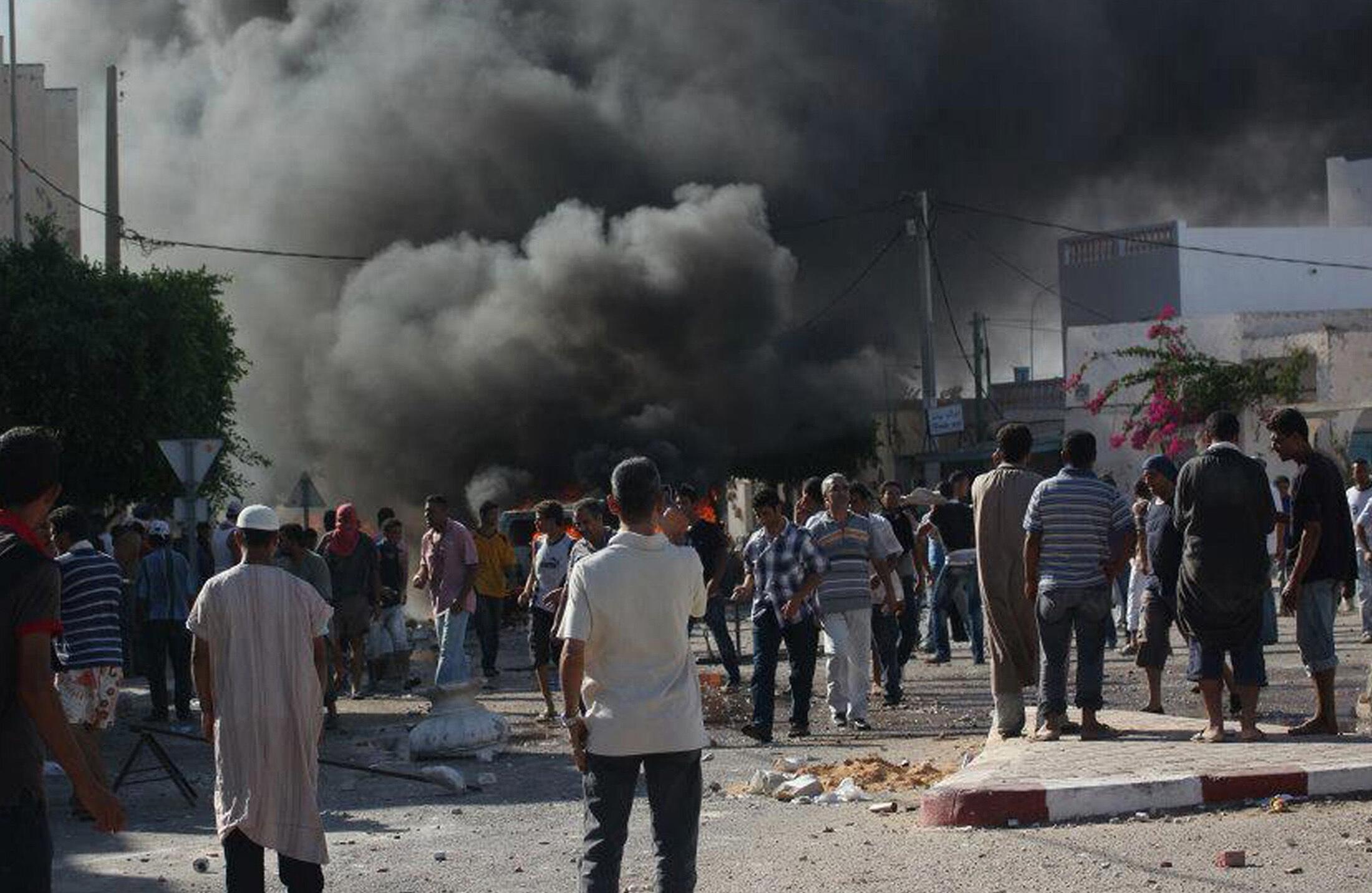 Les manifestants en colère ont mis le feu aux véhicules de police,à Guellala, sur l'île de Djerba, le 6 octobre.