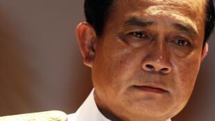 Le général Prayuth Chan-ocha, en garnd uniforme blanc, a menacé d'intensifier la répression contre les manifestations anti-putsh en Thaïlande.