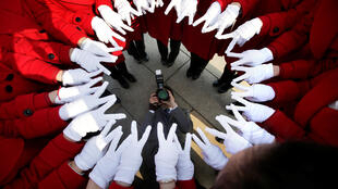 图为北京两会服务人员人民大会堂开会前集体拍照