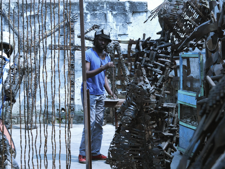 Freddy Tsimba au travail dans son atelier à Matongé, Kinshasa.