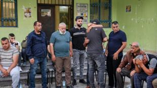 Familiares del palestino Jamil al Amuri, muerto en el enfrentamiento con fuerzas especiales israelíes, permanecen frente al hospital de Yenín, el 10 de junio de 2021 al norte de Cisjordania