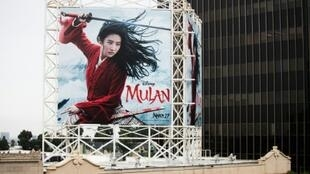"""Un anuncio al aire libre de """"Mulan"""" de Disney se exhibe el 13 de marzo de 2020 en Hollywood, California"""