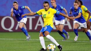 Marta bate o pênalti que deu a vitória para o Brasil e estabeleceu novo recorde de gols em Copas.