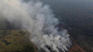 Fumaça durante um incêndio em uma área da floresta amazônica perto de Porto Velho, Estado de Rondônia, Brasil, Brasil, 21 de agosto de 2019.