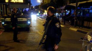 Policiais israelenses no local do atentado